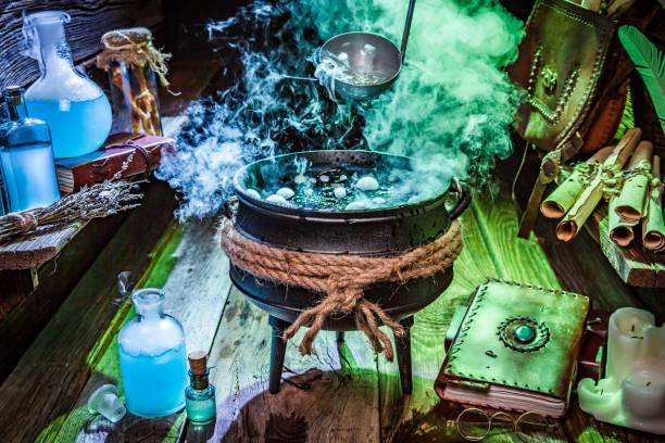 hexer-hütte mit blauen und grünen rauch für halloween - pfannen test stock-fotos und bilder