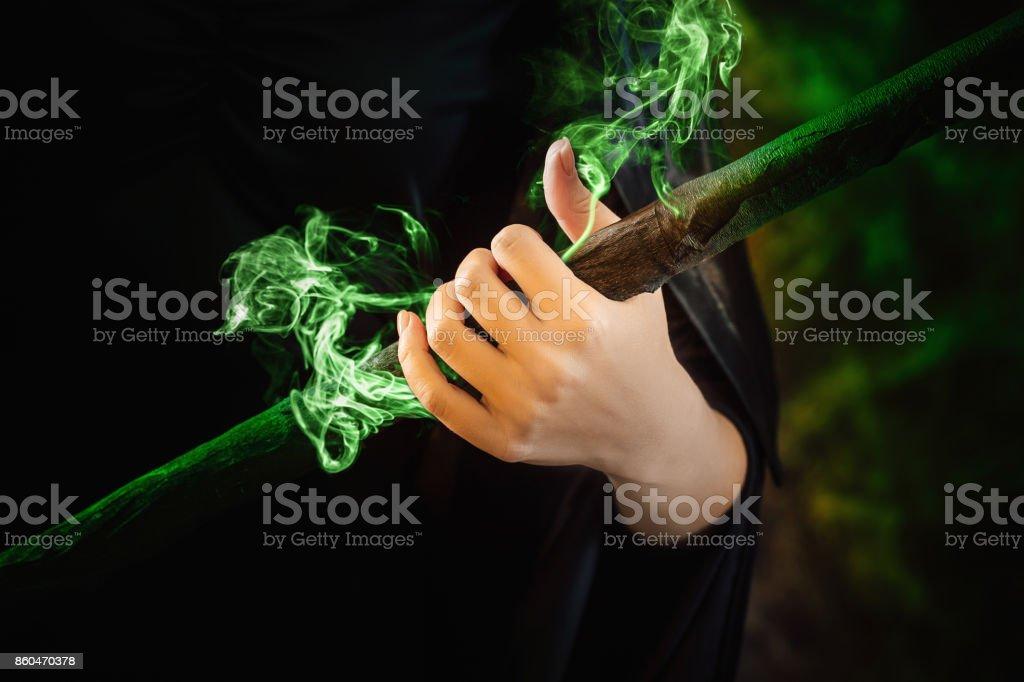 main de la sorcière est titulaire d'un bâton magique. - Photo