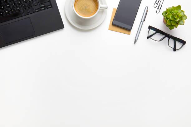 PC mit Kaffeetasse, Brillen und Smartphone auf weißen Schreibtisch – Foto