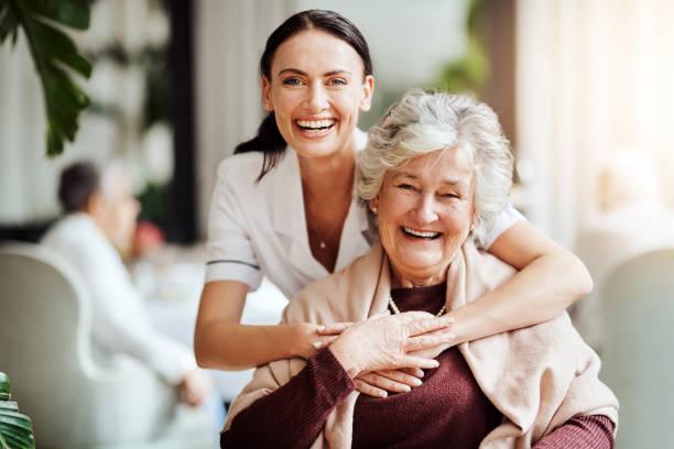 彼女と私は居住者だけではない、私は家族 - ヘルスケアワーカー ストックフォトと画像