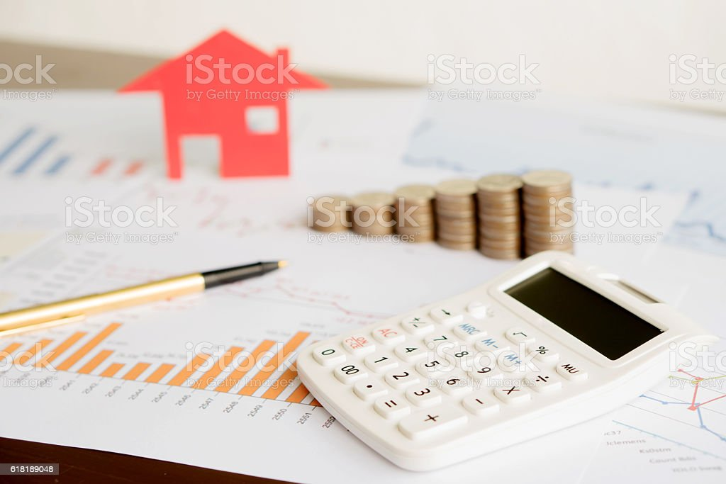 With House Model And Stack Of Coins On Desk – Foto