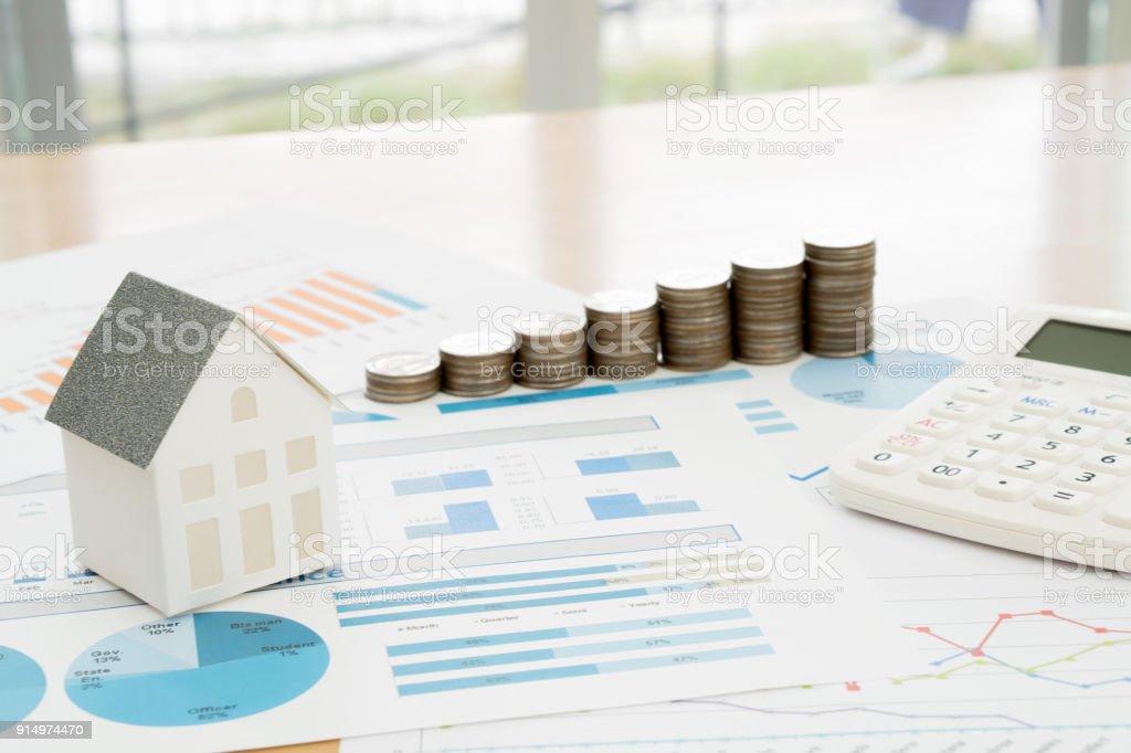 Mit Hausmodell und Stapel von Münzen auf Schreibtisch – Foto