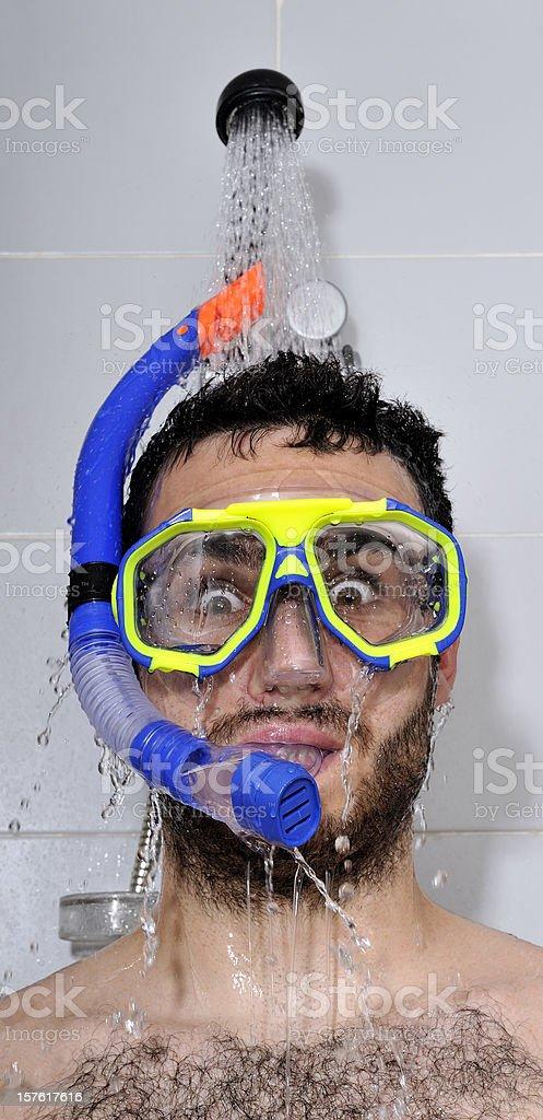 Mit Taucherbrille unter der Dusche – Foto