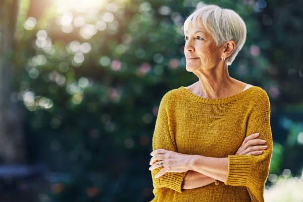 sans souci dans le monde... comment la retraite devrait être - seulement des femmes seniors photos et images de collection