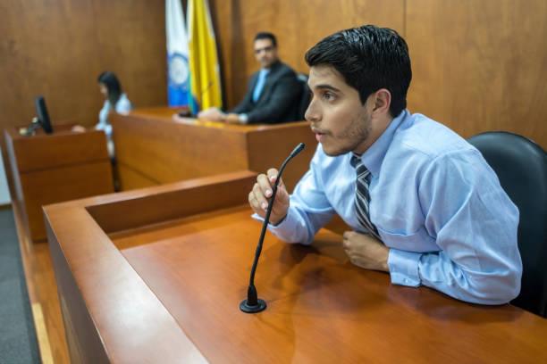 Testigo a la sala del Tribunal en un juicio - foto de stock