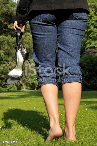 junge Frau wandert ohne Schuhe Aber das grAne gras
