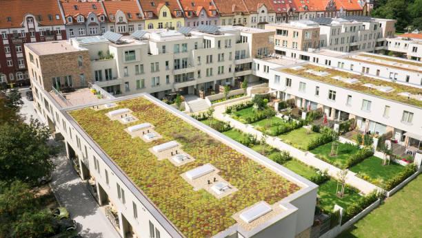 wohnanlage - dachgarten stock-fotos und bilder