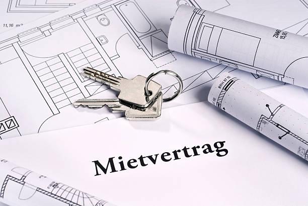Wohnungsschlüssel und Mietvertrag stock photo