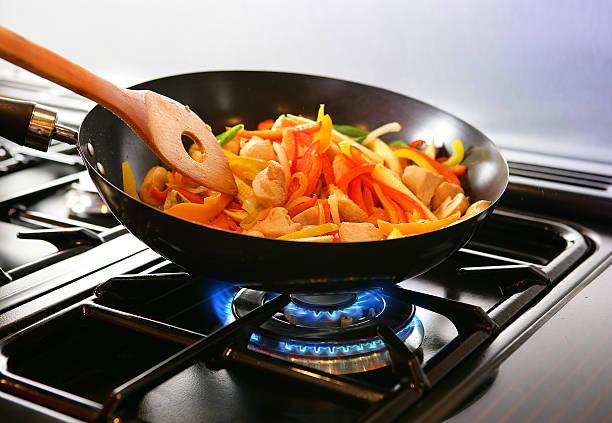 wok de stirfry - cuisinière photos et images de collection