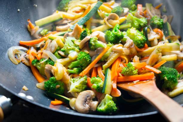 wok refogado com legumes - stir fry - fotografias e filmes do acervo