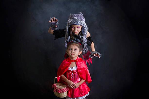 wolf und rotkäppchen abschließen augen - rotkäppchen kostüm stock-fotos und bilder