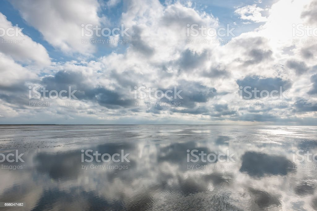 Wolken Spiegeln Sich Im Watt der Nordsee – Foto