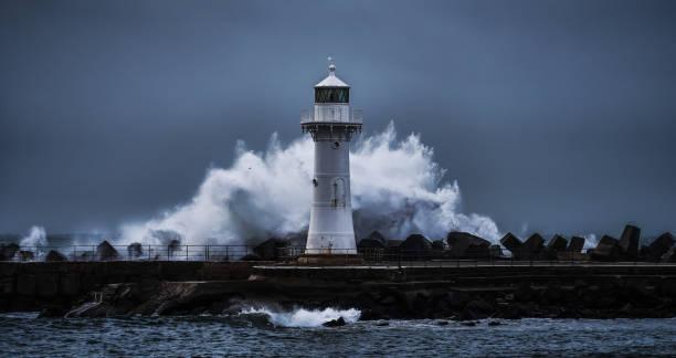 phare de breakwater de wollongong pendant une tempête lourde - phare photos et images de collection