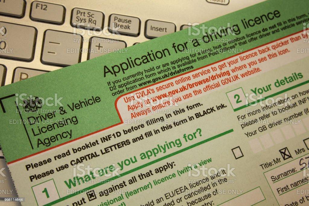 Wolverhampton, Unied Unido, 16 de junio de 2018 Closeup sobre solicitud de permiso de conducción en la mesa. Pila de documentos sobre la mesa en Reino Unido. Documento en papel. foto de stock libre de derechos