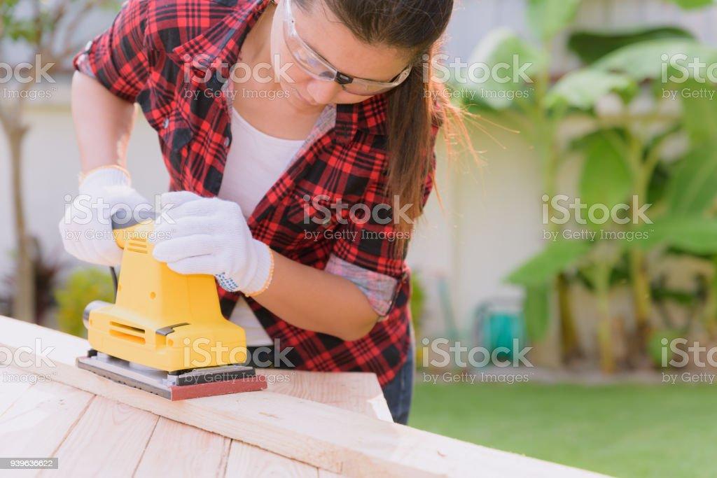 Womam Tischler arbeiten mit Holz elektrische Schleifmaschine – Foto