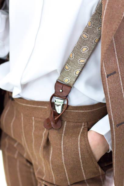 kadın bir terzi dükkanı ve bir ceket ve askıları seçerek özel takım elbise. konsept: terzilik, işadamı, işkadını, zarafet. - pantolon askısı stok fotoğraflar ve resimler