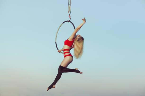 frau acrobat in der luft. - trapez stock-fotos und bilder