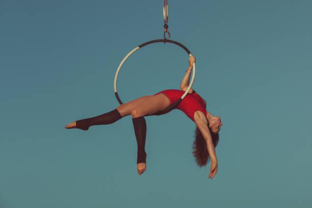 frau luft acrobat. - trapez stock-fotos und bilder