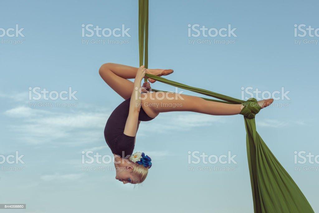 Mujer aire gimnasta realiza un truco. - foto de stock