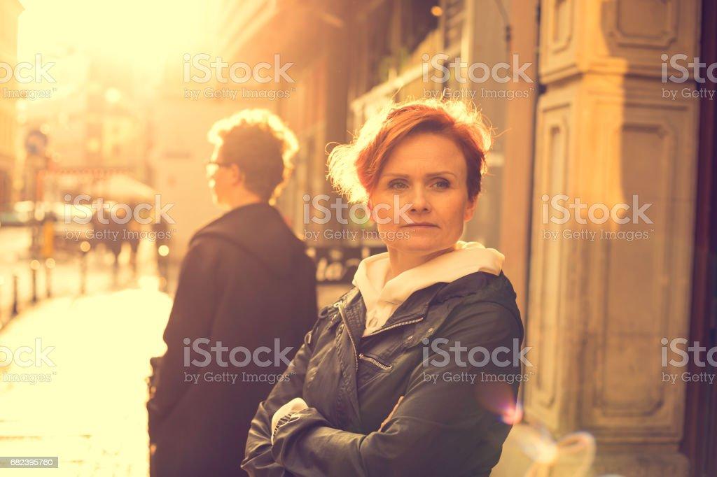 vrouw en een jongen in stedelijke scène royalty free stockfoto