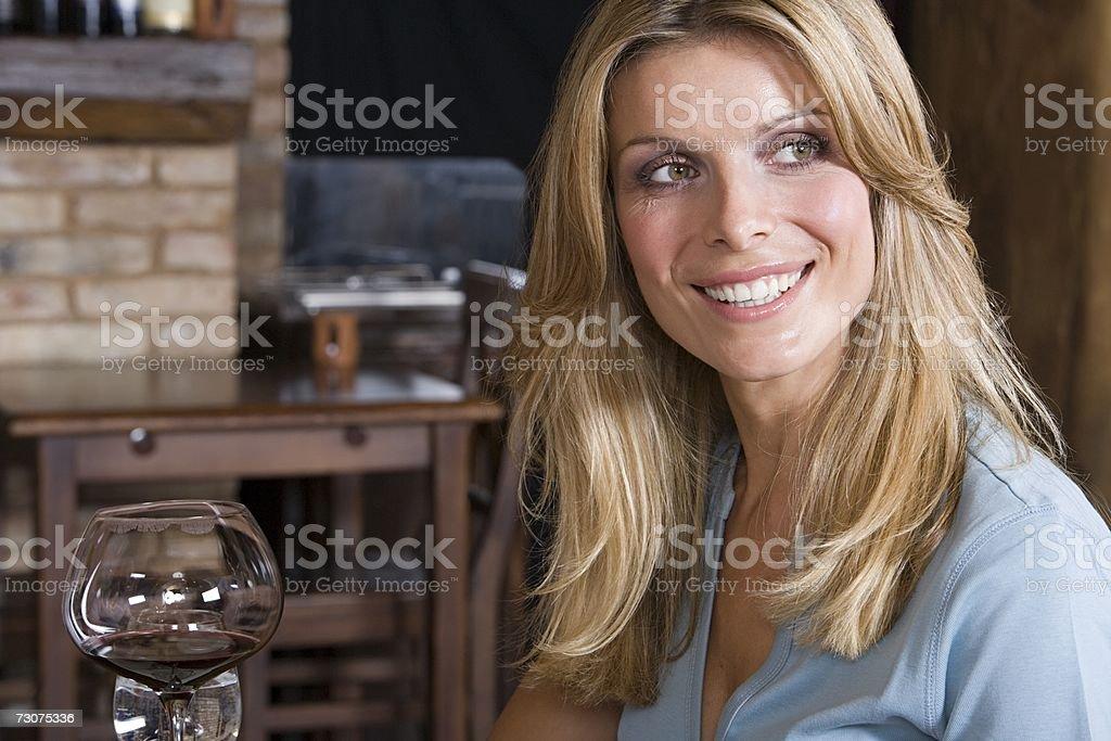 Mulher e um copo de vinho foto de stock royalty-free