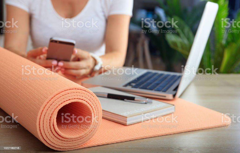 Frau und eine Gymnastikmatte in ein Office-Hintergrund – Foto