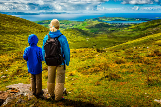 Frau und junge Wandern in Irland – Foto