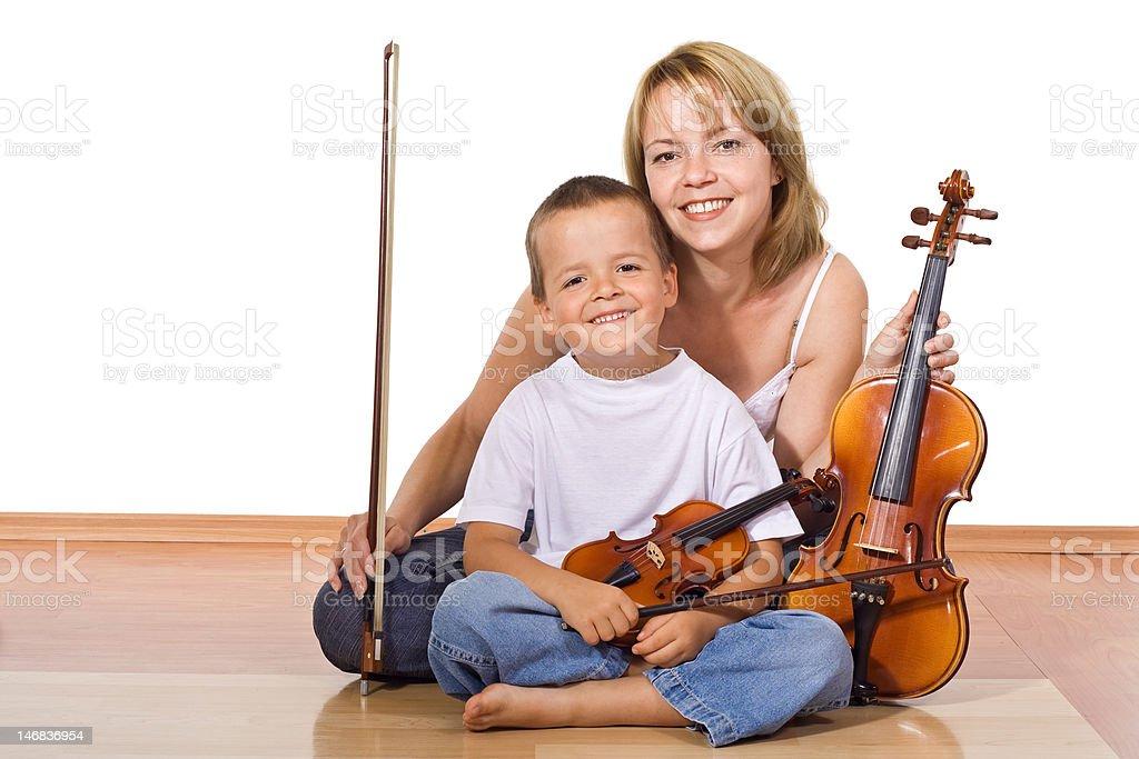 Frau und junge mit violins – Foto