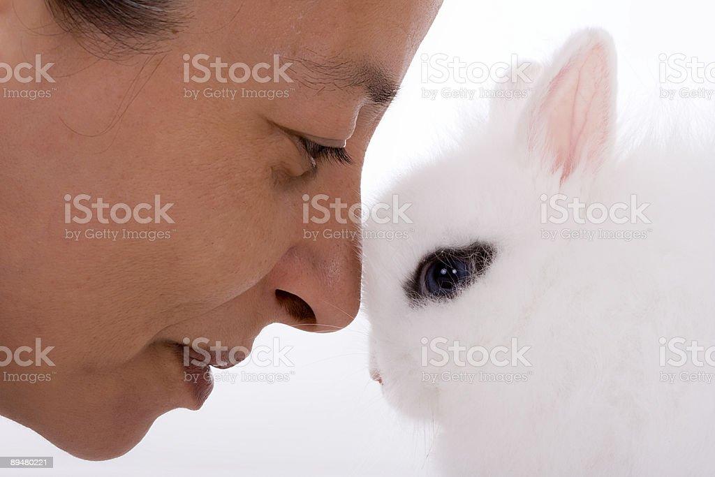 Mulher e bunny - fotografia de stock