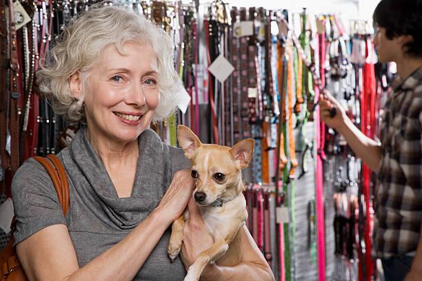 Femme et chihuahua en magasin pour animaux de compagnie - Photo