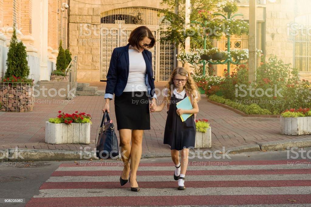 Femme et enfant - une exploitation jeune écolière mains, sur zebra cr - Photo