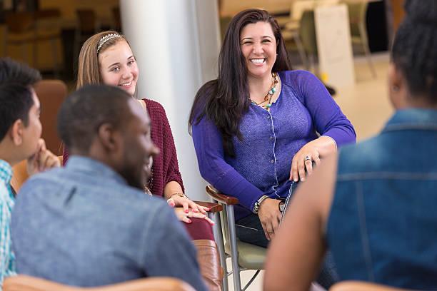 女性と娘のグループのミーティングをサポート - 学校カウンセラー ストックフォトと画像