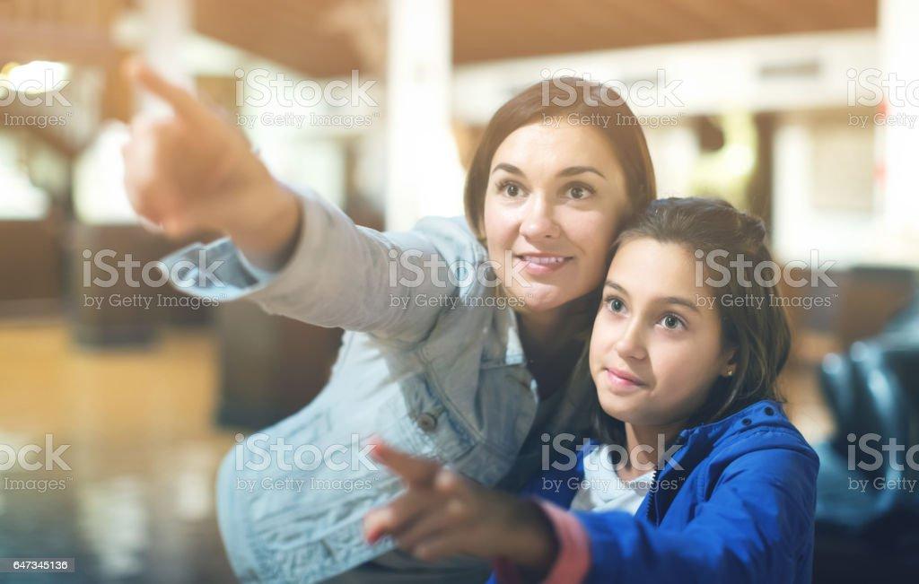 Mulher e menina no Museu foto royalty-free