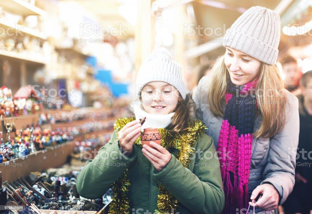 Frau und ihre Tochter sind die Wahl Geschenke für ihre Familie und Kauf Tontopf - Lizenzfrei Alleinerzieherin Stock-Foto