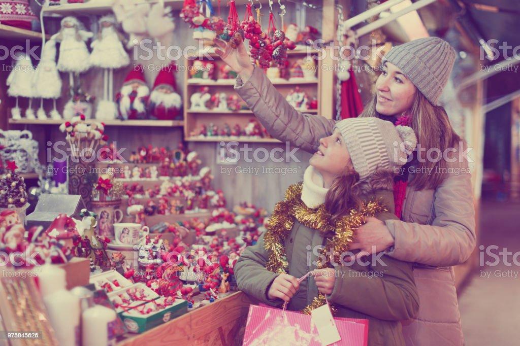 Frau und ihre Tochter sind Vorbereitungen für Weihnachten und Geschenke für ihre Familie wählen - Lizenzfrei Alleinerzieherin Stock-Foto