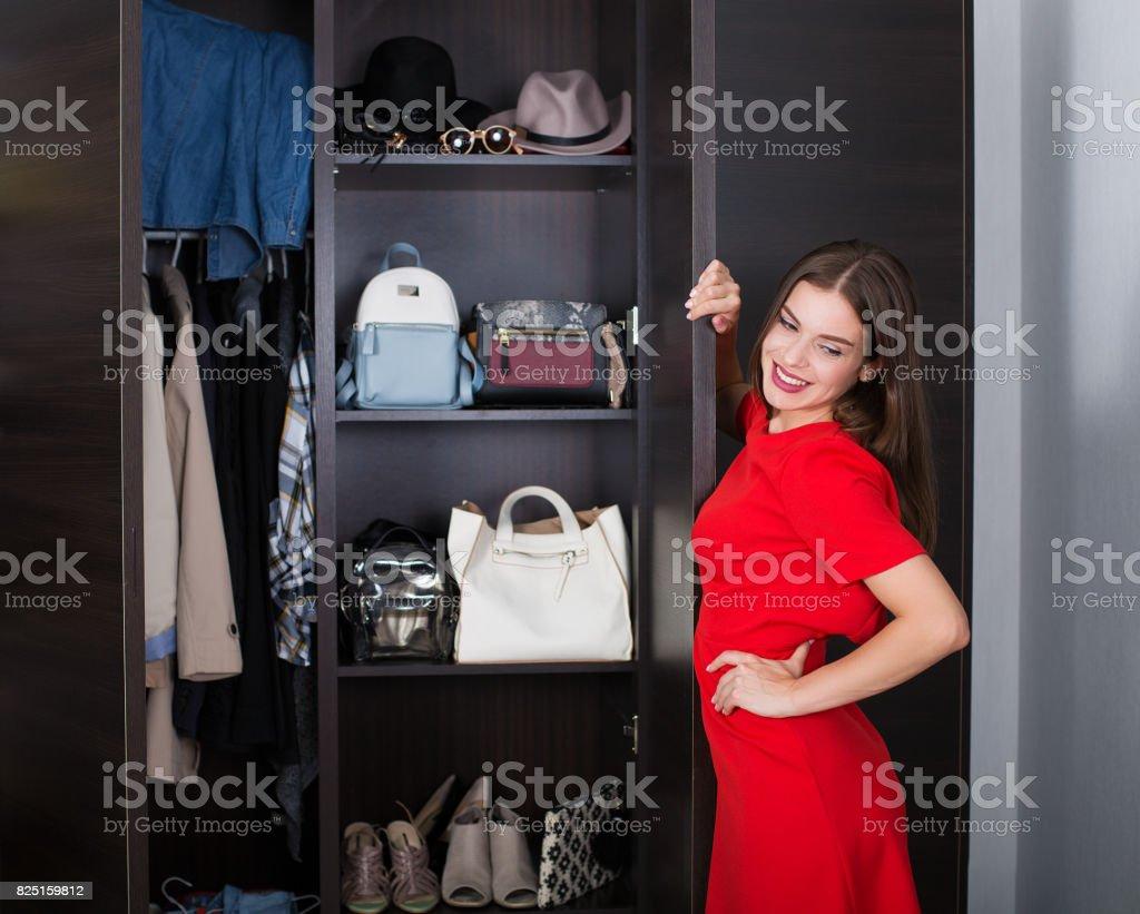 Frau und die Garderobe – Foto