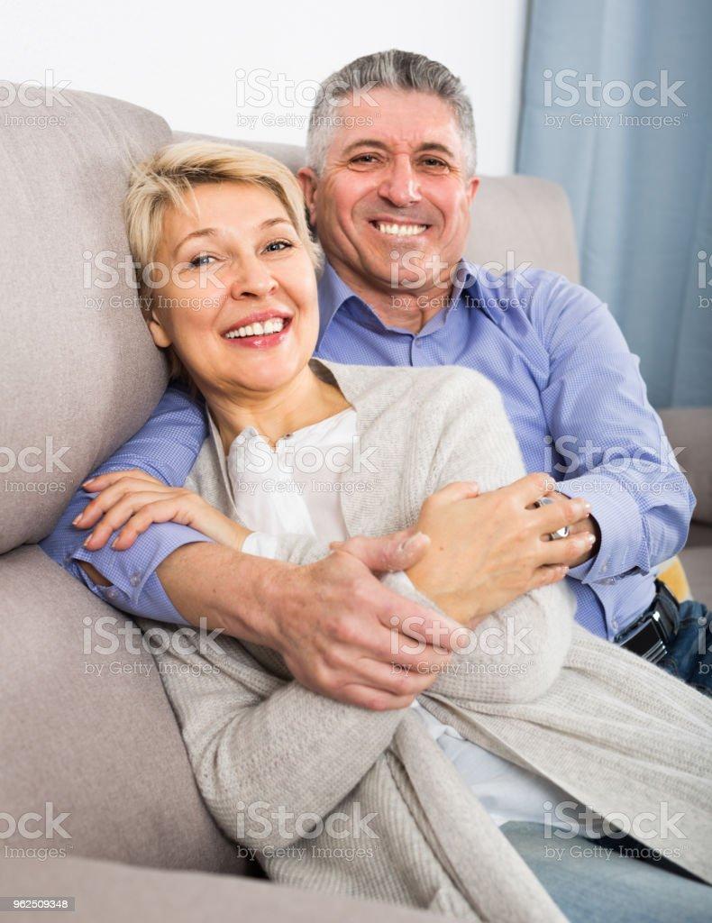 Mulher e homem 51-56 anos de idade estão felizes - Foto de stock de Abraçar royalty-free