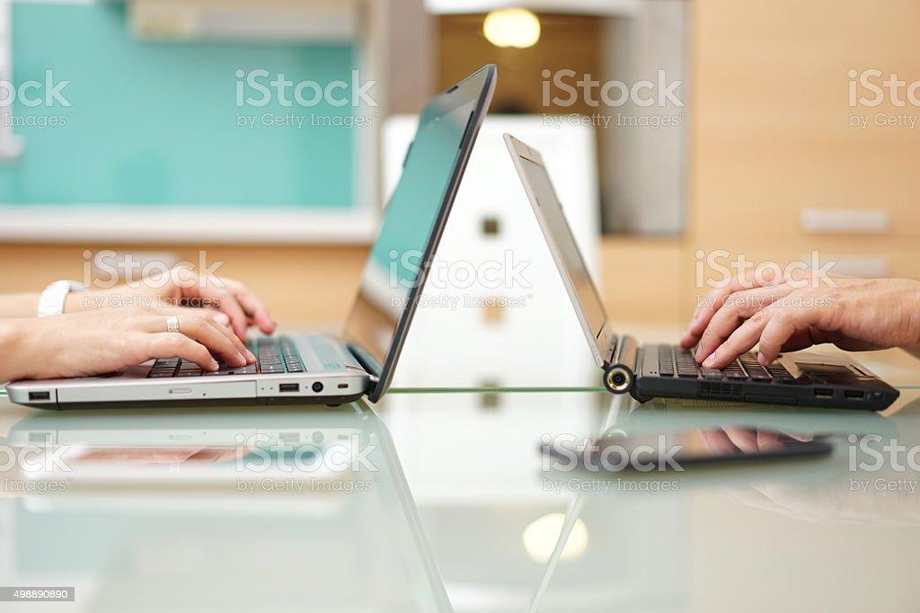 Frau und Mann im Hause Tippen auf laptop-computer – Foto