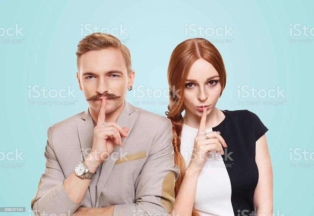 Mujer y hombre, par mantener oculto foto de stock libre de derechos