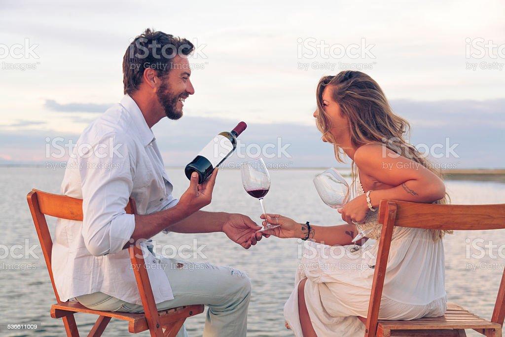 Frau und Mann, trinkt Rotwein am Strand – Foto