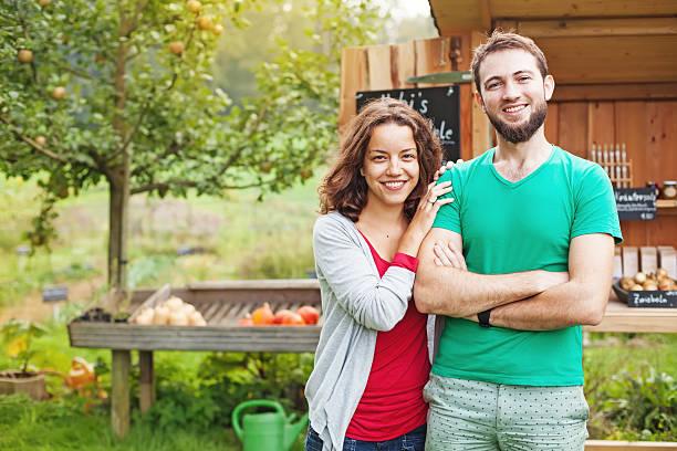 donna e uomo in giardino - mercato luogo per il commercio foto e immagini stock