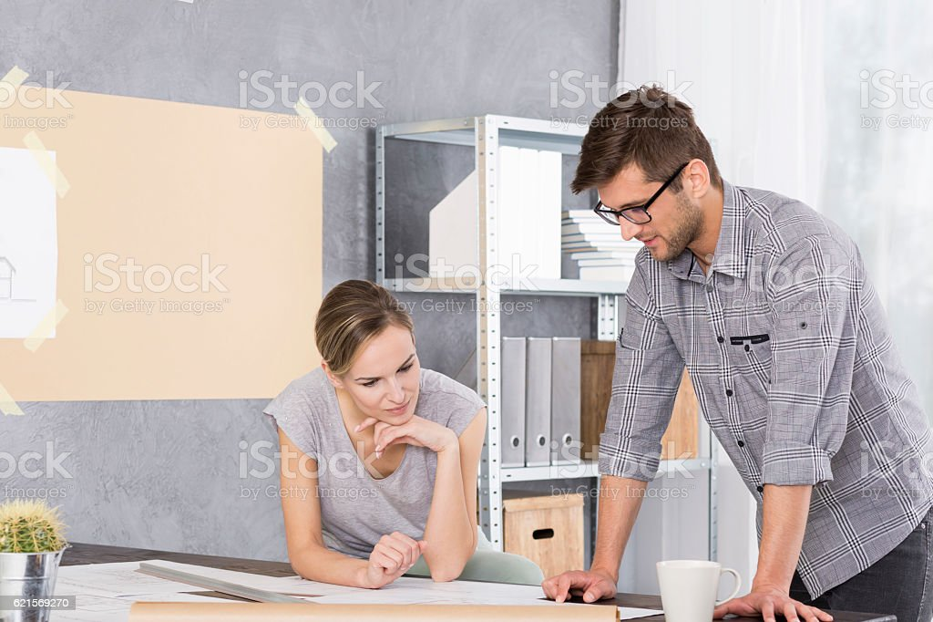 Woman and man looking at project papers Lizenzfreies stock-foto