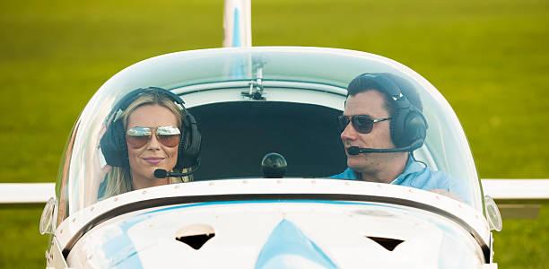 frau und mann pilot blick in die kamera, die vorbereitung für flying - flugschule stock-fotos und bilder