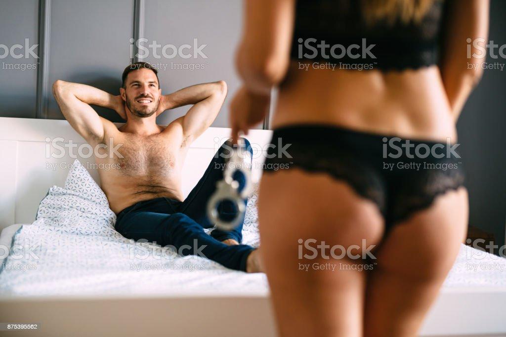 Frau und Mann Herrschaft spielen im Bett – Foto