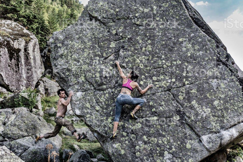 Frau und Mann üben Klettern Bouldern – Foto