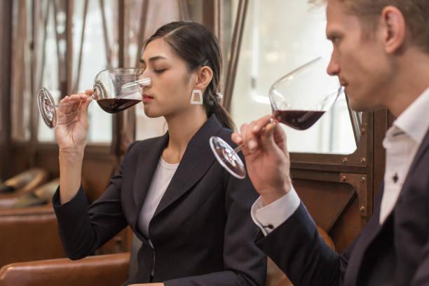 Frau und Mann Wein zusammen im Restaurant testen. Menschen trinken Wein mit Relax Emotion. – Foto
