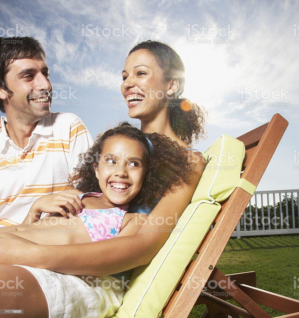 Mulher e homem com garota snuggling ao ar livre no verão - foto de acervo