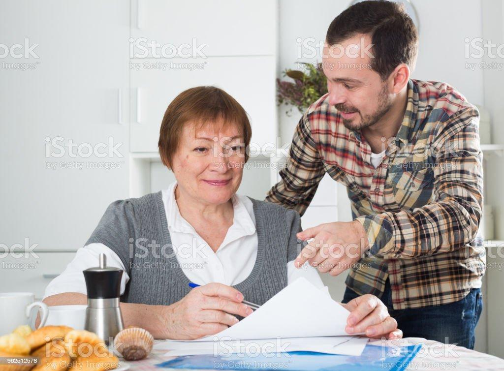 Mulher e Gerenciador de discutem o contrato - Foto de stock de Acordo royalty-free