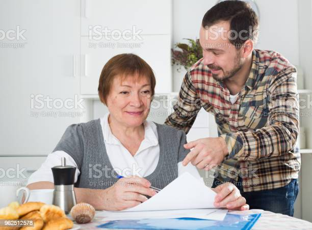 Foto de Mulher E Gerenciador De Discutem O Contrato e mais fotos de stock de Acordo