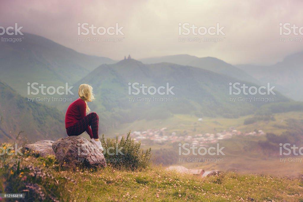 Mujer y montaña paisaje - foto de stock